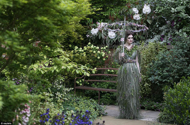 zita elze dress chelsea flower show