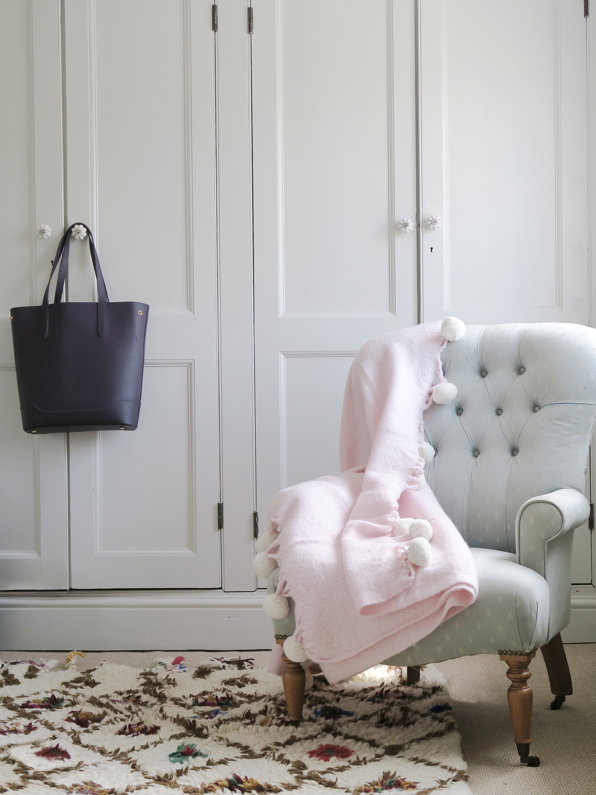 How To Successfully Decorate A Room With Pink Blogger Style