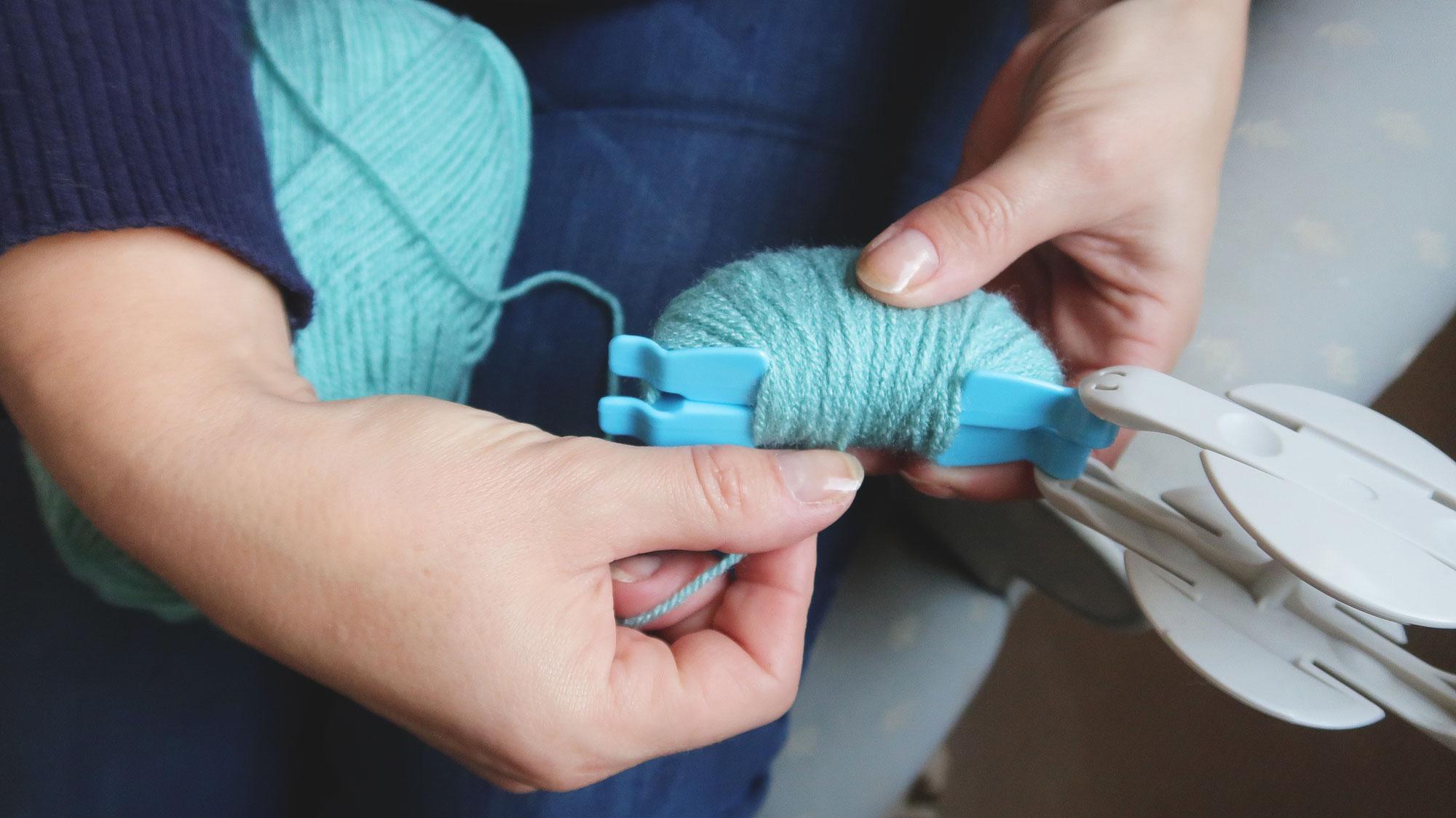 pom_pom_making_winding_yarn