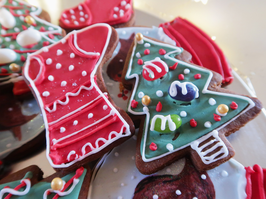 Snow-Globe-Cookies-trees-and-stockings